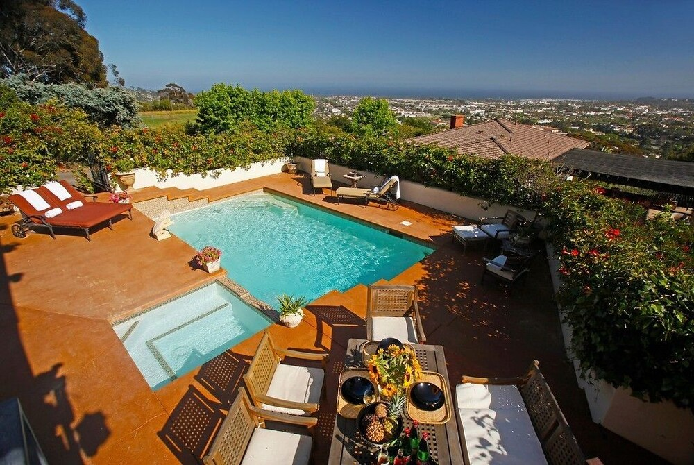 4BR 3BA Stunning Views by RedAwning