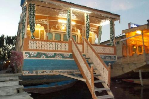 Houseboat with all meals on Dal Lake Srinagar by GuestHouser 32435