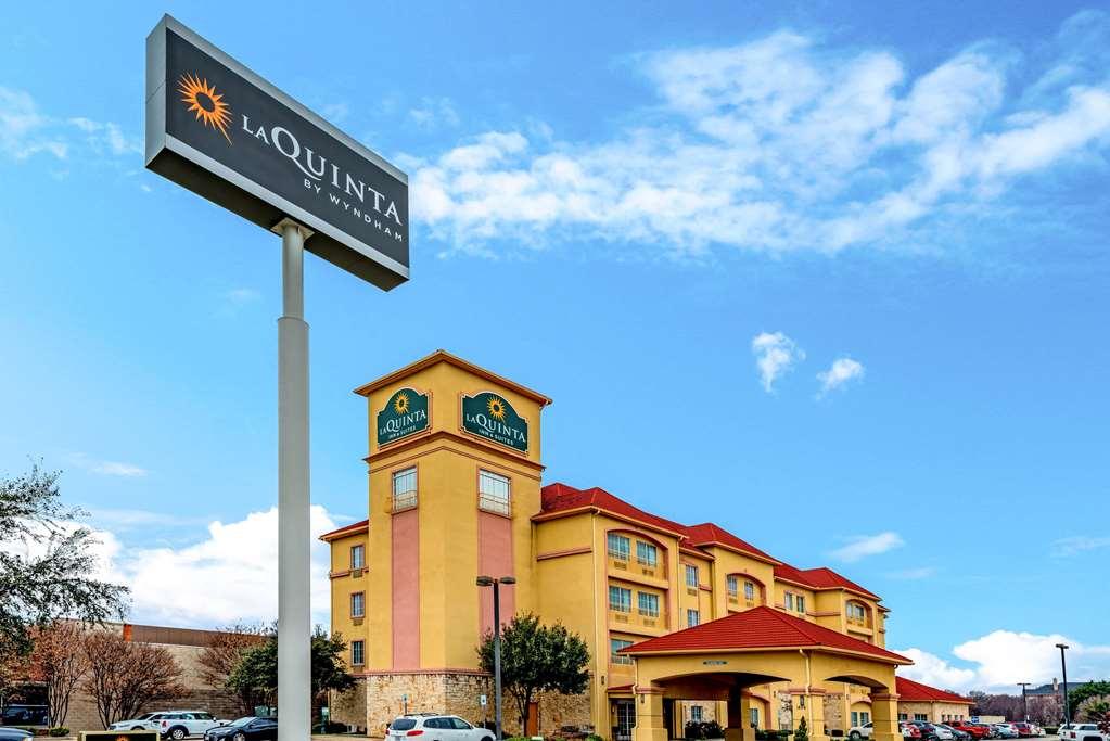La Quinta Inn & Suites by Wyndham DFW Airport West Bedford