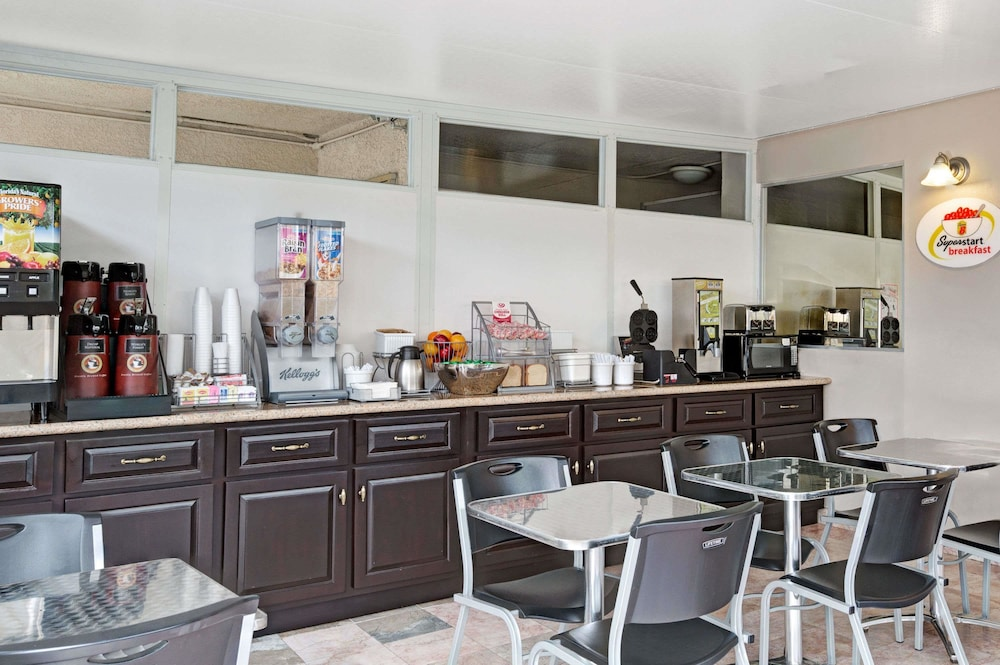 Gallery image of Super 8 by Wyndham Los Angeles Culver City Area