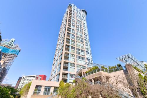 Large 1 Bedroom Suite Right Next Rogers Arena with Hot Tub
