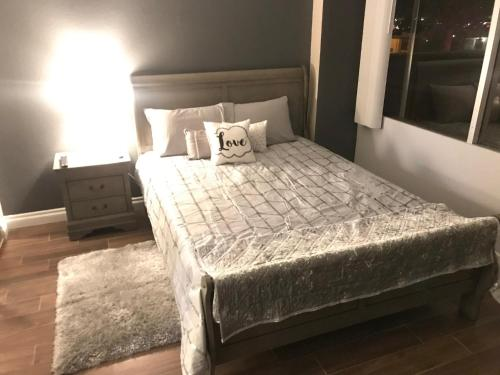 Amazing Spare Bedroom in Shared 2 B Condo behind Convention Center