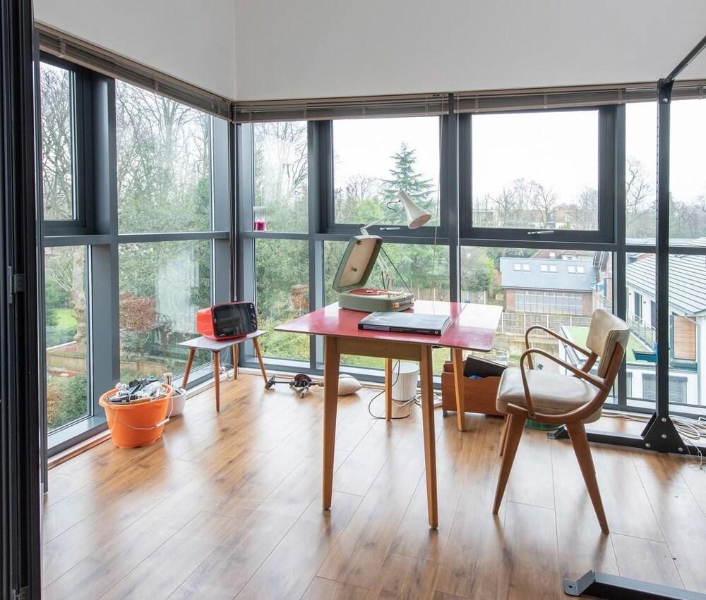 Stylish & Artistic Open Plan Flat In W.didsbury