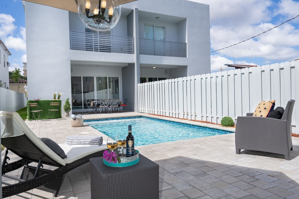 4BR Pool Townhome Duplex by Jos17