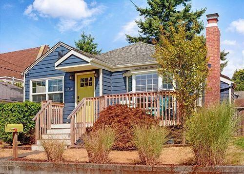 Alki Beach House Three Bedroom Home with Fireplace