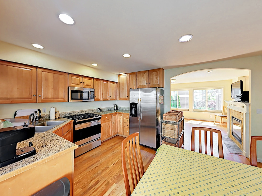Latona Ave Townhouse Unit B 3 Br townhouse by RedAwning