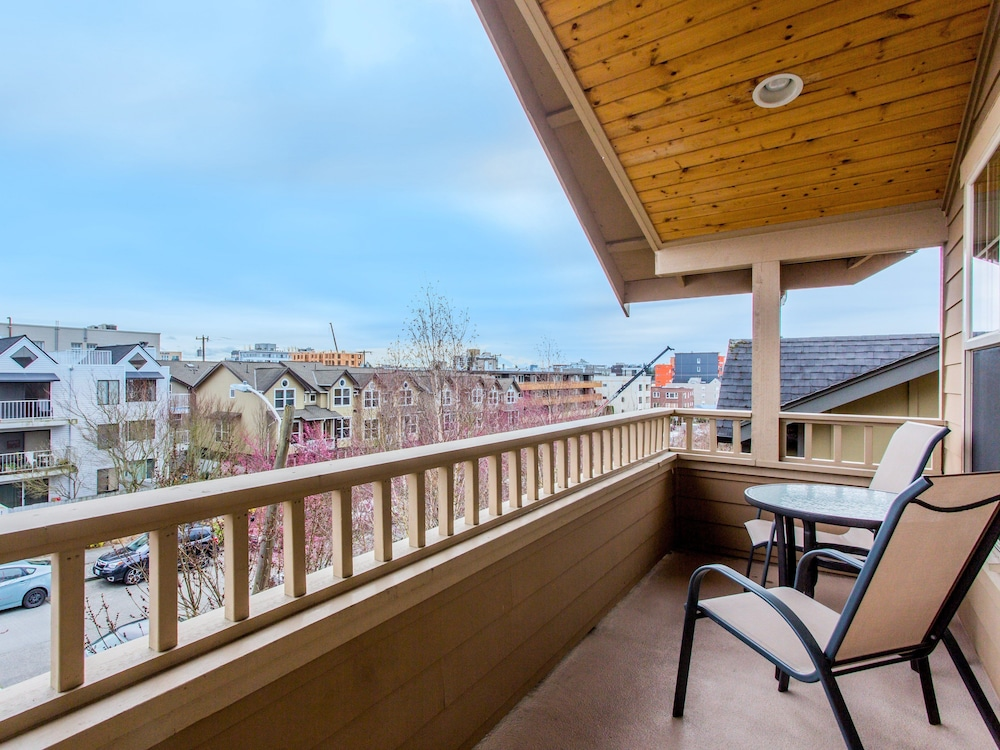 4415 West Seattle Townhome 3 Br townhouse by RedAwning