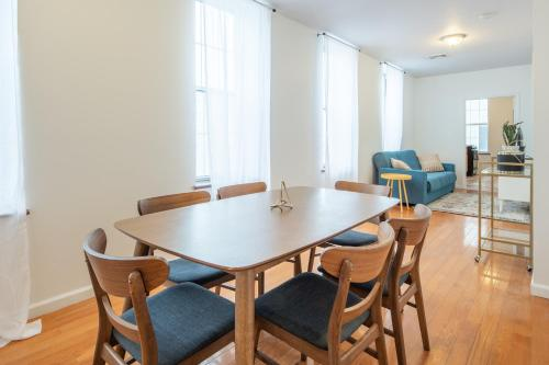 Sun Drenched 3 Bedroom Suites near Convention Center by Sosuite