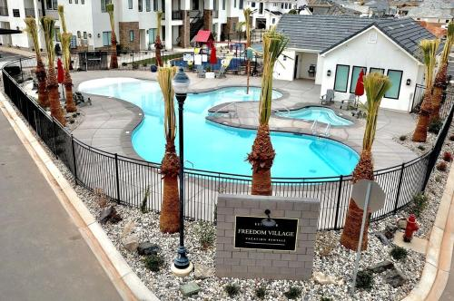 Freedom Vacation Rentals Condos With Pool View