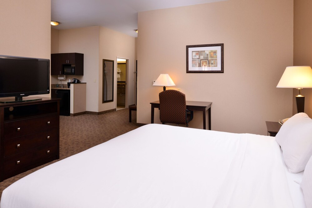 Gallery image of Holiday Inn Express and Suites Fairmont