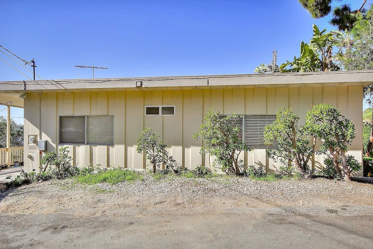 2BR Breezy Summerland Home by RedAwning