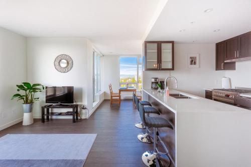 New Skytrain 2 Bedroom & 2 Bathroom with Magnificent View