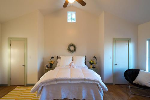Lake Austin Luxury Guesthouse Cabin Retreat & Modern Farmhouse Suite