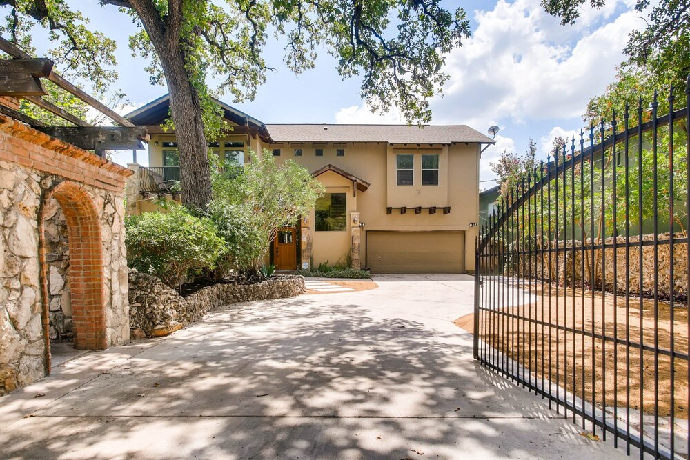 Luxury 4 Bedroom Home in Central Austin