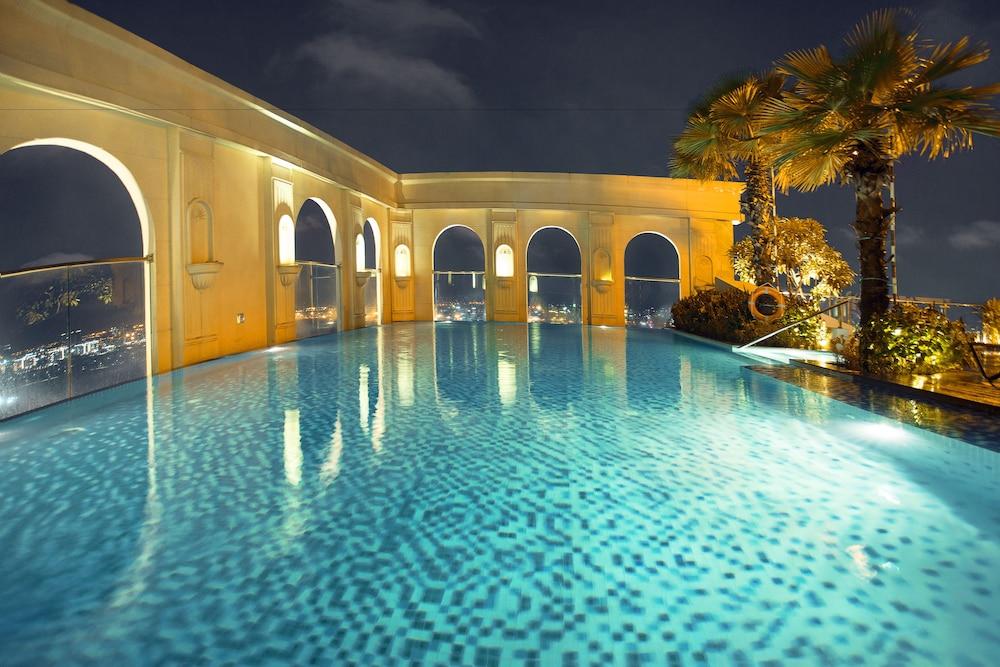 Ami Splendid Rooftop Pool
