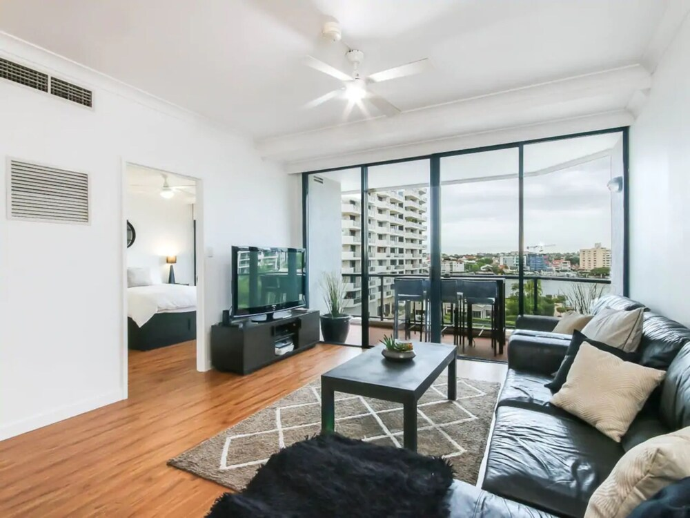 Modern 2 Bedroom River View Apartment in Docklands