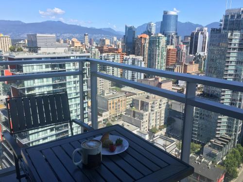 Yaletown Huge 1br Den Amazing Views of Water and Mountains Central