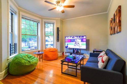 Authentic 2BR in Wrigley Field