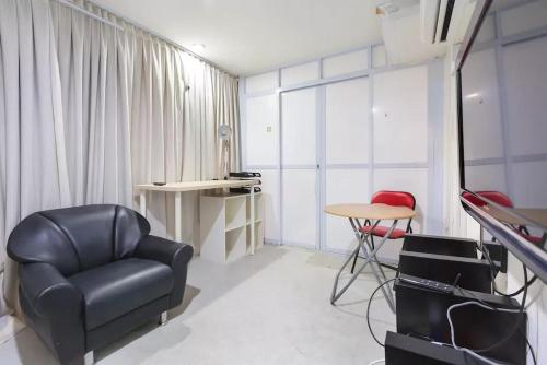 Spacious Room Within A Chinatown Apartrment