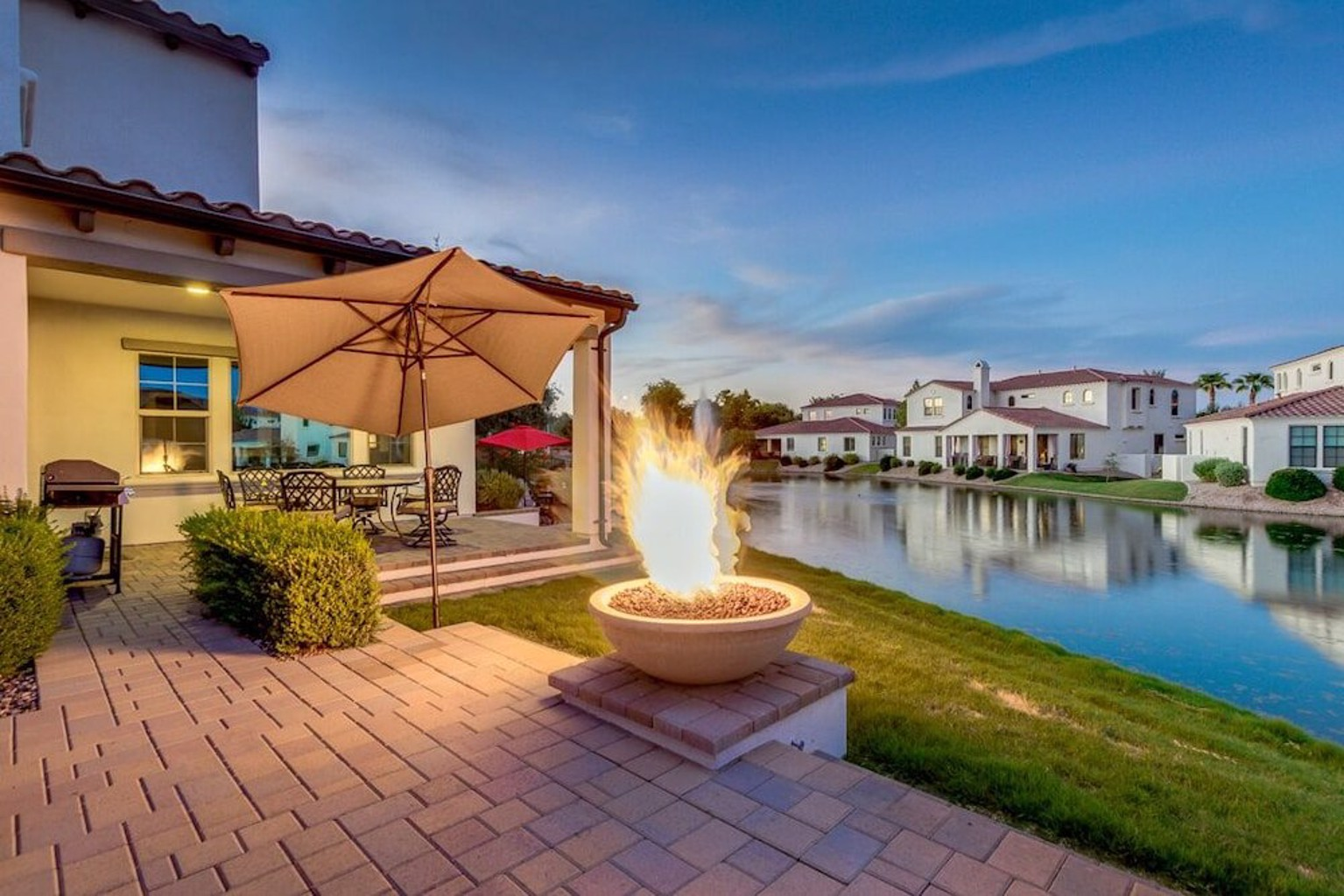 Luxurious Waterfront Oasis With Fire Pit bbq 3 Bedroom Home
