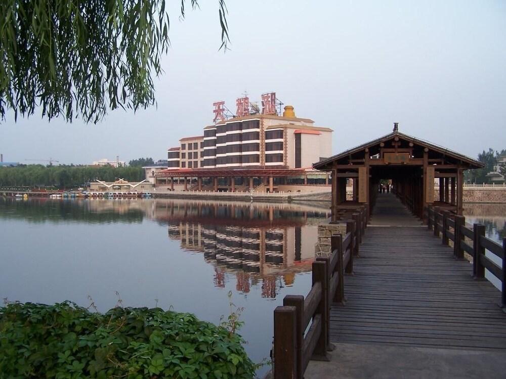Swan Lake Spring Vacation Village Tianjin