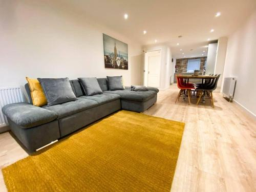Large Modern 3 Bedroom Apt With Free Parking