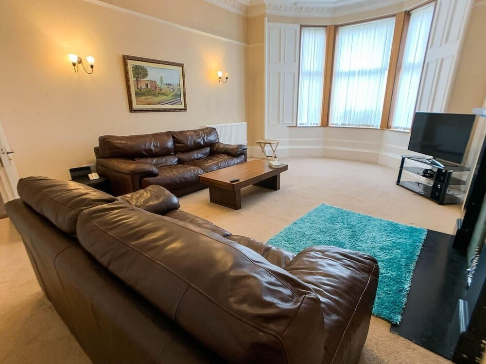 Large Glasgow South Family Home Free Parking