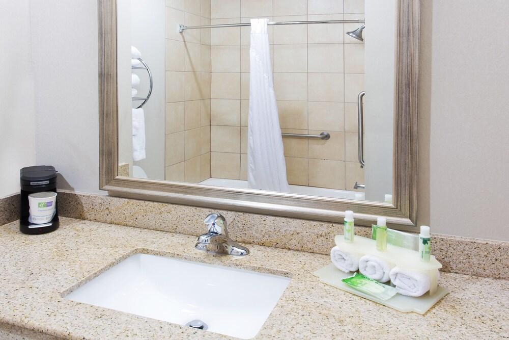 Gallery image of Holiday Inn Express Hotel & Suites Alvarado