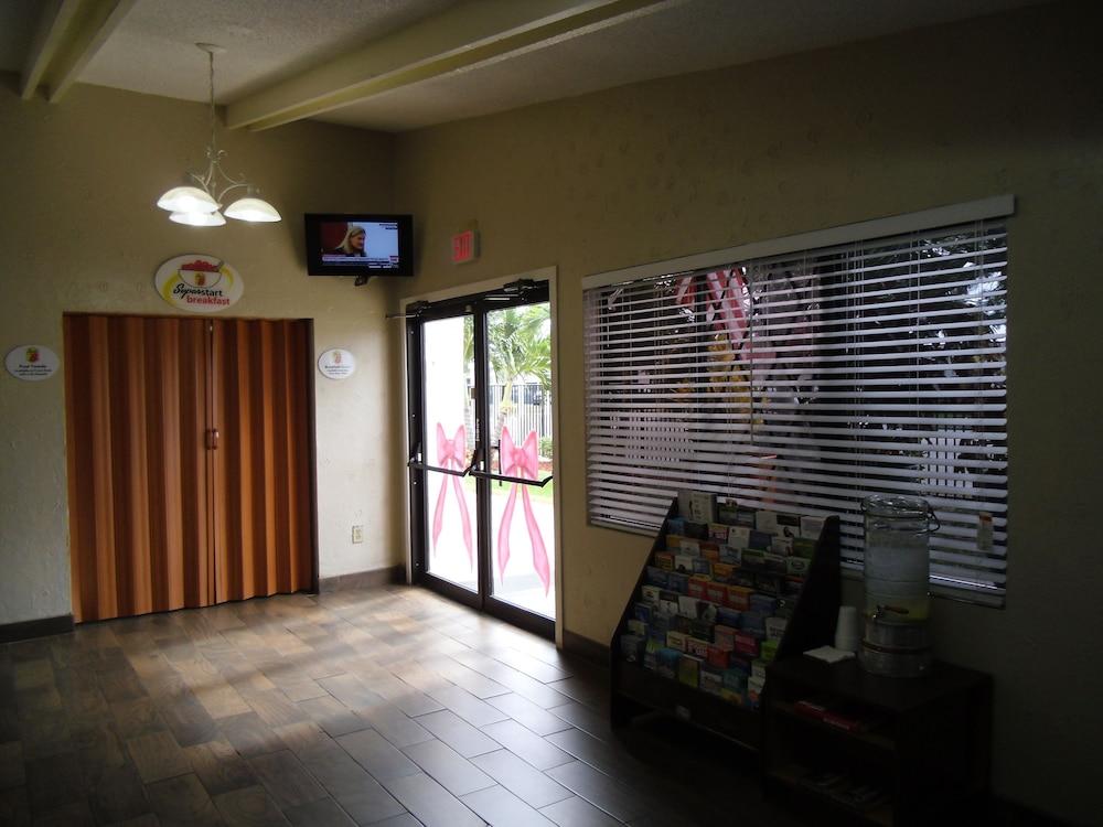 Gallery image of Super 8 by Wyndham Lantana West Palm Beach