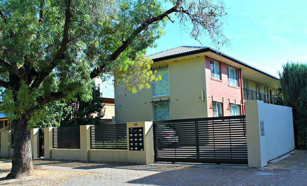 Adelaide Dresscircle Apartments Childers Street