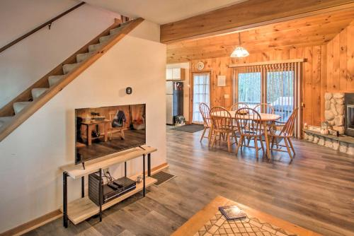 Lakeview Forest Cabin w Deck Walk to Beach