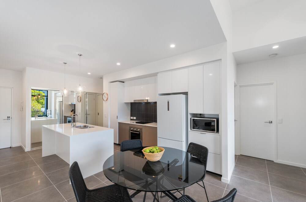 Round About Bulimba Executive 3BR Bulimba apartment near Oxford St shops and restaurants