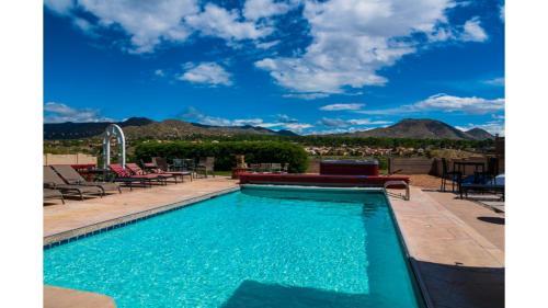 Spacious Urban Retreat w POOL Hot Tub & Mountain Views