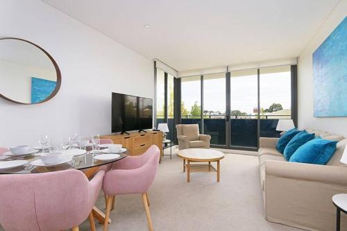Large Modern 2 Bedroom Apartment near Lake Claremont