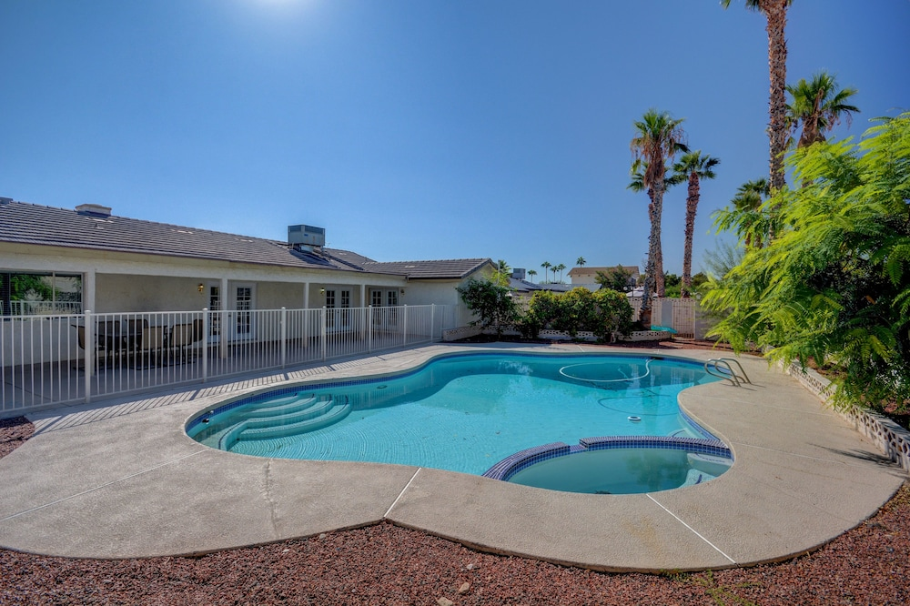 Luxurious 4BR House with Large Pool 8min to Strip