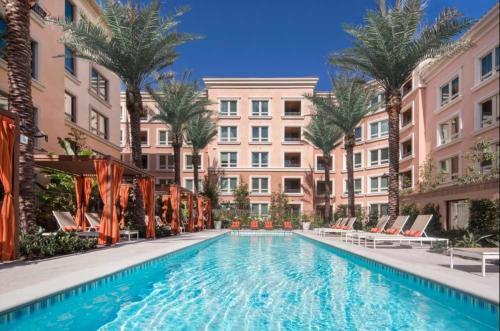 Luxury Executive Suite w Pool Gym Amenities