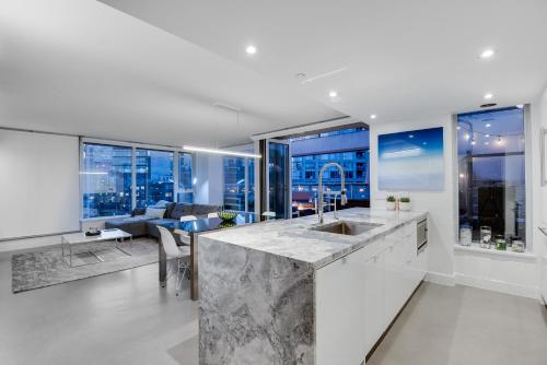 One of a Kind Penthouse 3 Bedrooms with a 400 sq ft private patio & 7 person Hot tub