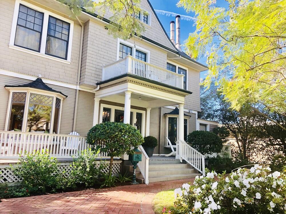 New Listing 8 Suites At Iconic De La Vina Inn 8 Bedroom Home