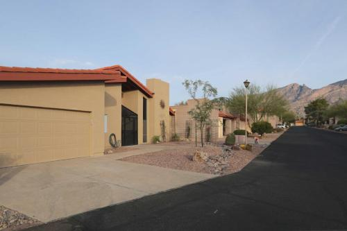 Townhome in Tucson w Mtn View Patio & Pool Access