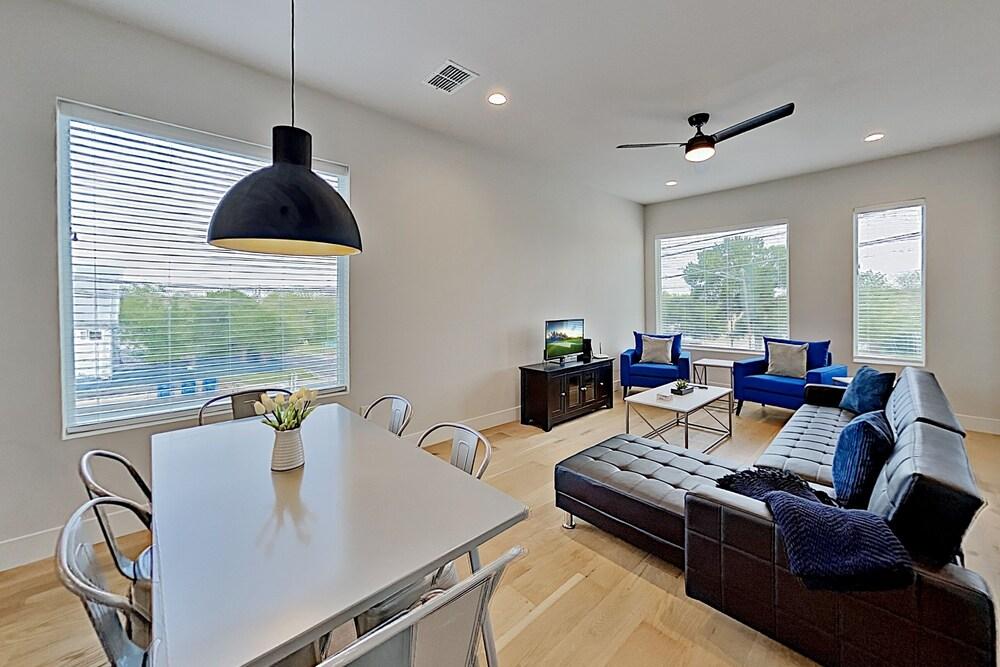 Lavish Eastside W Private Rooftop Deck 2 Bedroom Condo