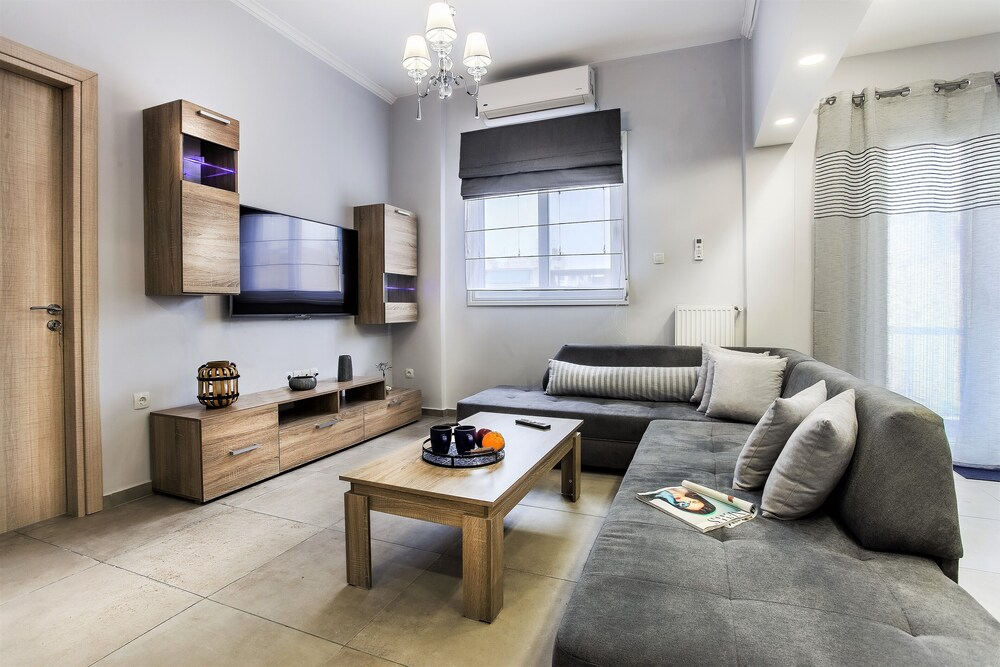 Spacious 3 Bedroom Apartment 90m from Train