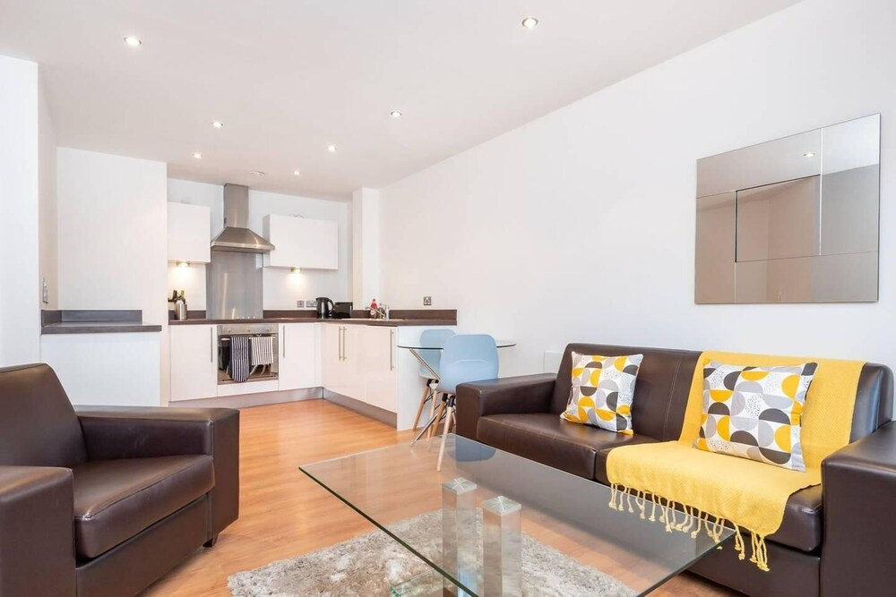 Stunning 2BR Waterside Apartment Close to Station
