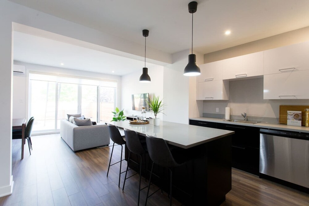 Brand New 3 Bedroom With Rooftop Patio