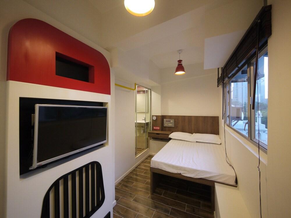 Panda's Hostel Hot Dog Bus