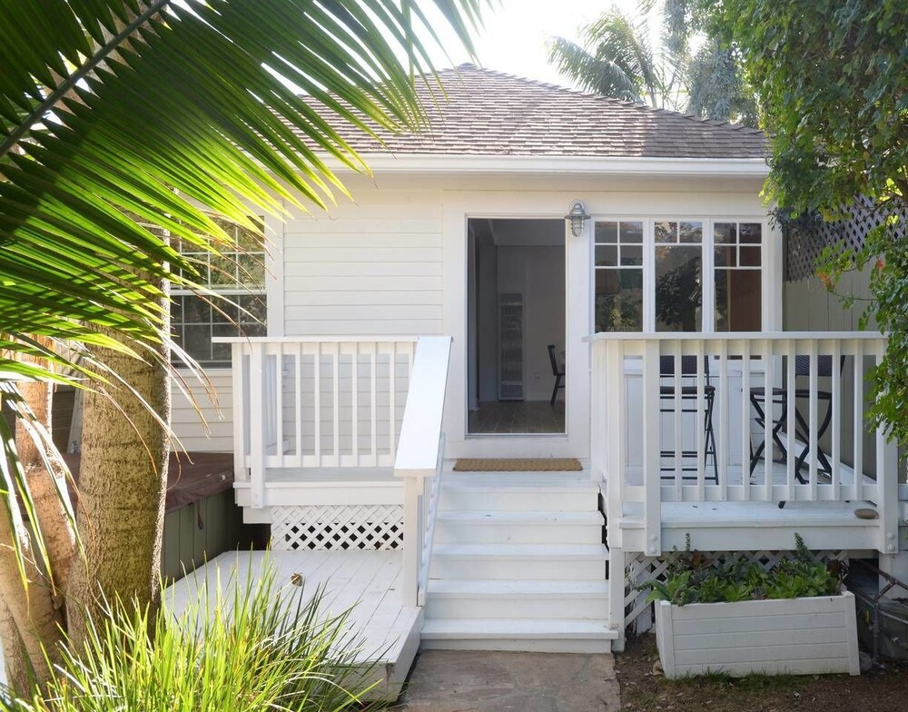 Charming 2br 2ba Cottage Close to the Beach