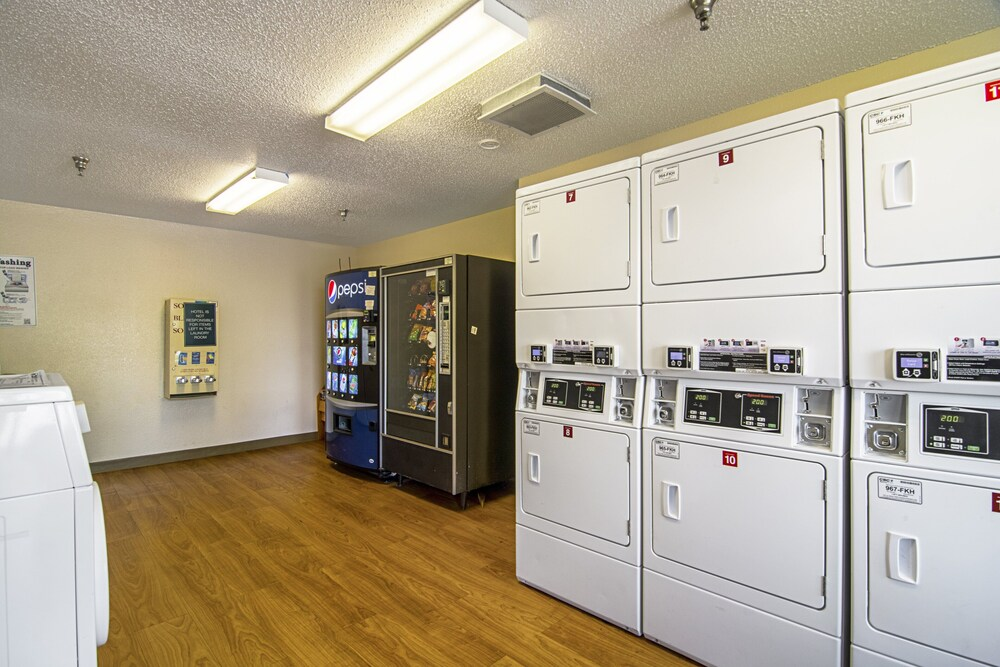 Gallery image of HomeTowne Studios by Red Roof Chicago Waukegan