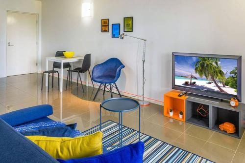 Cool & Groovy 1 Bedroom Pad Close to everything