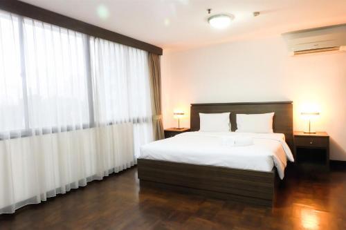 2 Br Park Royale Apartment Near Semanggi By Travelio