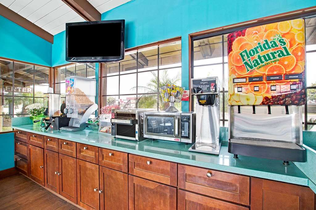 Gallery image of Super 8 by Wyndham Los Angeles Airport