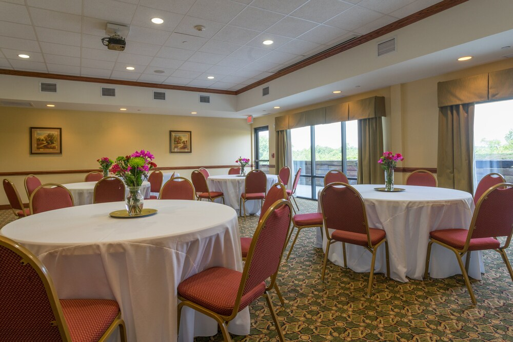 Gallery image of Holiday Inn Express Hotel & Suites Lexington NW The Vineyard